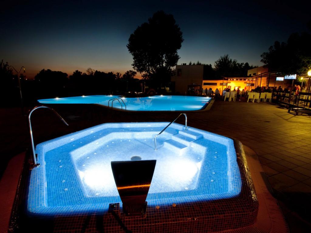 Piscine jacuzzi et piscine pour enfants for Piscine jacuzzi